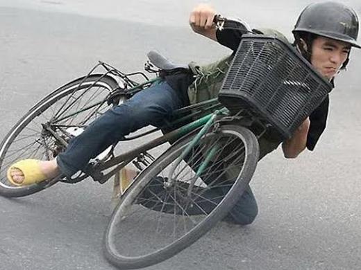 Ngay cả khi đạpxe đạp cũng không quênchấp hành nghiêm luật giao thông. (Ảnh: Internet)