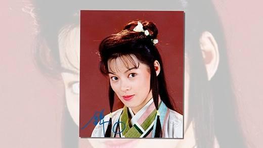 """Mặc dù""""Thiên long bát bộ 1997"""" rất thành công, tuy nhiên Lưu Cẩm Linh lại dứt áo ra đi vì lương diễn của TVB quá bèo bọt.Giai đoạn sau đó, người ta bắt gặp sao nữ một thời này đi bán bảo hiểm."""