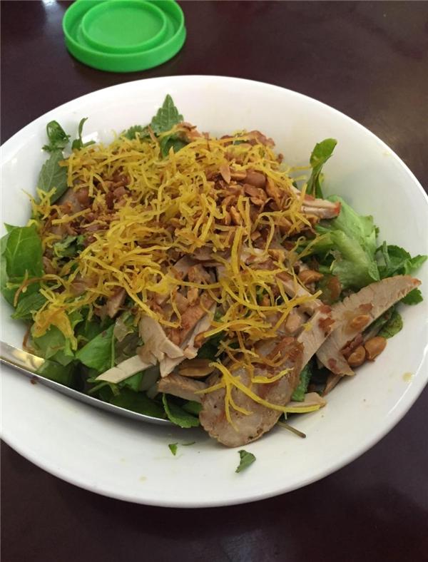 Phở chua đặc sản xứ Lạng trên phố Huỳnh Thúc Kháng có giá là 30.000 đồng/suất. (Ảnh: Internet)
