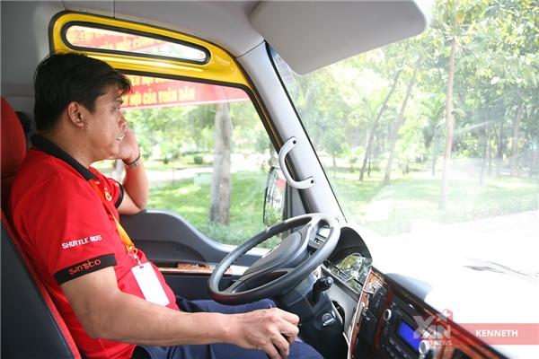 Anh Hòa, tài xế vui tính và lái xe cực êm. Một đặc điểm tuyệt vời của Shuttle Bus là chạy phải êm.