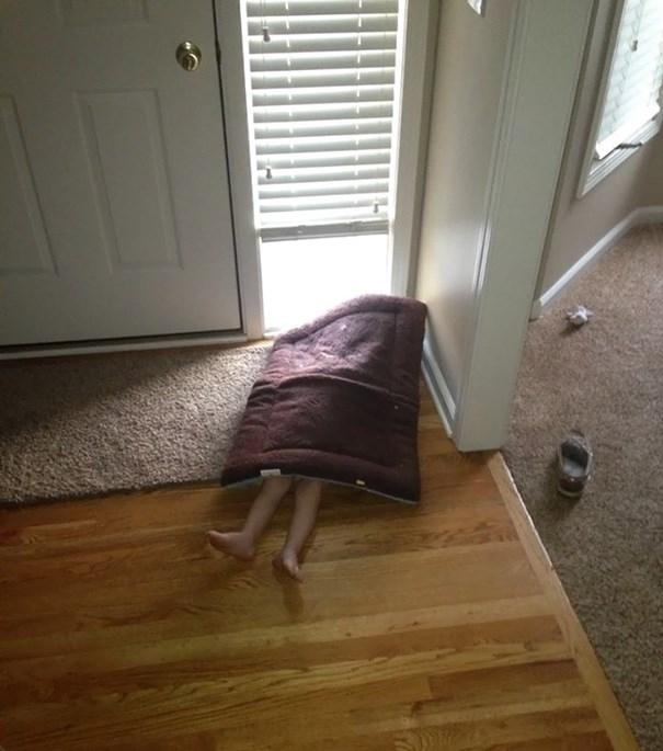 Chắc là mẹ sẽ không tìm dưới tấm thảm chùi chân đâu nhỉ?