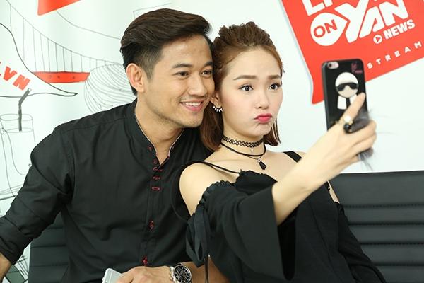 """Giọng ca Yolo tranh thủ selfie cùng """"bạn trai tin đồn"""" trước giờ giao lưu với fan. - Tin sao Viet - Tin tuc sao Viet - Scandal sao Viet - Tin tuc cua Sao - Tin cua Sao"""