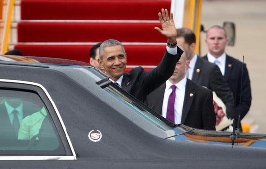 Tổng thống Obama bước xuống chuyên cơ, giơ tay vẫy chào người dân Sài Gòn. Ảnh: Internet