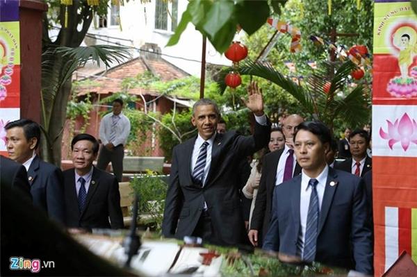 Sau đó ông trở ra, thân thiện vẫy tay chào mọi người và chuẩn bị rời đi. Ảnh: Internet