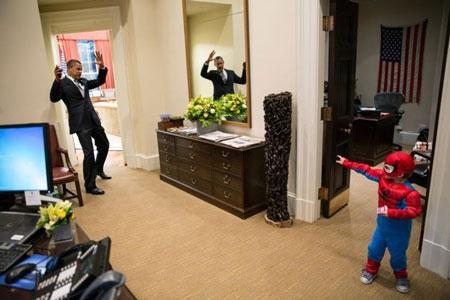 Tổng thống Mỹ đùa vui với con trai của một nhân viên bên ngoài phòng Bầu Dục, Nhà Trắng.