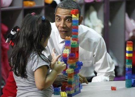 """Bức ảnh chụp phản ứng bị cho là """"thái quá"""" của ông Obama khi thăm một lớp học."""