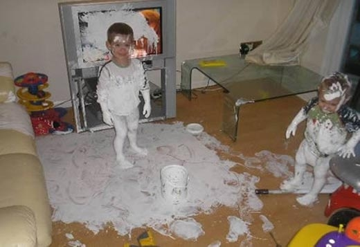 Dường như đứa trẻ nào cực kỳ kết những thùng sơn thì phải.