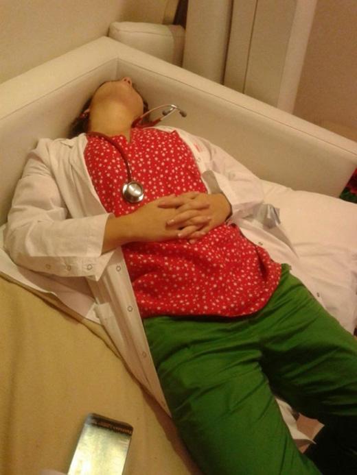 """Chùm ảnh bác sĩ ngủ gật trong ca trực gây """"sốt"""" mạng"""