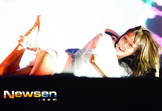 """Mới đây nhất là những vết bầm tím trên chân của Tiffanykhi phải tập luyện động tác """"khó nhằn""""trong đợt quảng bá I Just Wanna Dance."""
