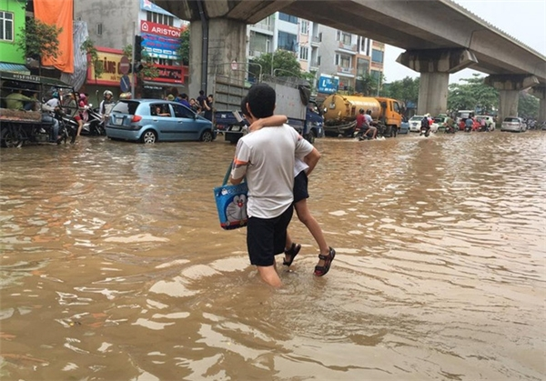Ấm áp tình cha giữa dòng nước ngập.(Ảnh: Internet)