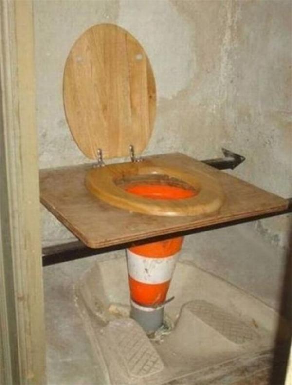 Khi côngnhâncầu đường đi sửa toilet.