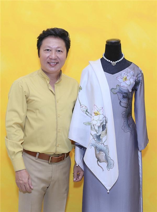 """Họa tiết hoa được thực hiện bằng kĩ thuật vẽ tay trên nền vải. Mẫu thiết kế này nằm trong bộ sưu tập """"Quốc hoa"""" của nhà thiết kế Sỹ Hoàng sẽ được giới thiệu tại Triển lãm áo dài 77 Nguyễn Huệ trong thời gian tới đây."""