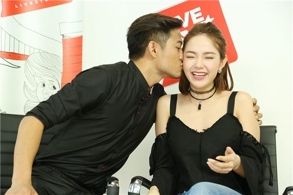 Quý Bình, Minh Hằng đã có những giây phút thoải mái cùng Live on Yan News.
