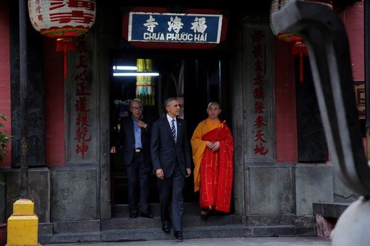 Tổng thống Mỹ rất quan tâm tới kiến trúc của ngôi chùa này. (Ảnh: Internet)