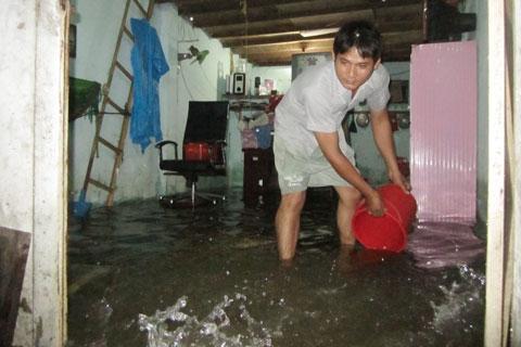 """Không hề """"kém cạnh"""" là đường Bùi Hữu Nghĩa: nước lụt tràn cả vào nhà dân.(Ảnh: Internet)"""
