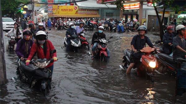 Đường Nguyễn Xí gần khu vực bến xe Miền Đông cũng chịu số phận tương tự.(Ảnh: Internet)