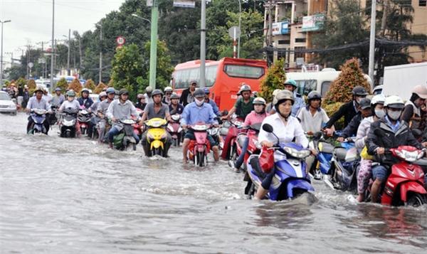 """Tuyến đường Kinh Dương Vương luôn là nơi ngập """"khủng"""" nhất Sài Gòn. Nước lụt dâng cao, nhanh chóngbiến tuyến đường này thành một dòng sông.(Ảnh: Internet)"""