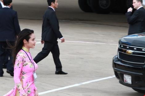 cô gái tặng hoa tổng thống