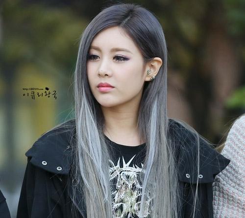 Khi giữ lại một phần tóc đen, các cô gái sẽ có được kiểu nhuộm loang màu trông hấp dẫn không kém.