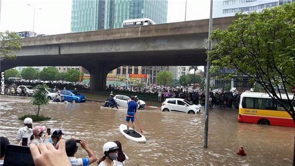 """Chiếc """"thuyền ôm"""" độc lạ sáng nay tại đường Phạm Hùng.(Ảnh: Internet)"""