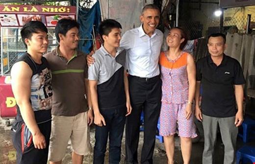 Chị Thu Trà và người dân Hà Nội chụp ảnh lưu niệm cùng Tổng thống Obama chiều 24/5.