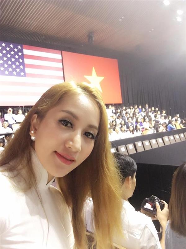 Bà xã Phan Hiển diện trang phục áo dài trắng truyền thống, khoe vẻ đẹp dịu dàng của người phụ nữ Việt khi đến gặp Tổng thống Mĩ. - Tin sao Viet - Tin tuc sao Viet - Scandal sao Viet - Tin tuc cua Sao - Tin cua Sao
