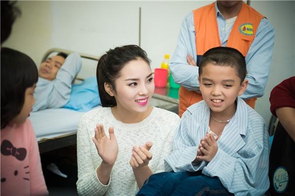 Kỳ Duyên đến bệnh viện nhằm gây quỹ từ thiện để các bệnh nhân vượt qua bệnh tật hiểm nghèo. - Tin sao Viet - Tin tuc sao Viet - Scandal sao Viet - Tin tuc cua Sao - Tin cua Sao