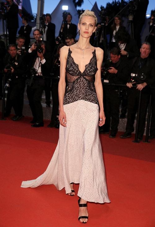 Người mẫu Aymeline Valade khiến nhiều người choáng váng khi lộ thân hình gầy nhom trong bộ váy 2 dây gợi cảm. Màu sắc, họa tiết của từng chất liệu gần như không ăn nhập với nhau.