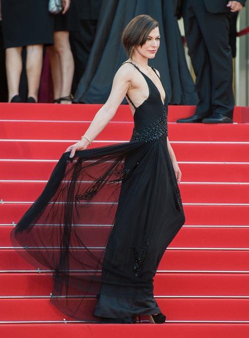 Nhìn ở mặt ngang, thân hình của Milla Jovovich như một mặt phẳng khi diện bộ váy đen bằng voan lụa mềm mại. Thiết kế này quá đơn điệu, không phù hợp để mang lên thảm đỏ.