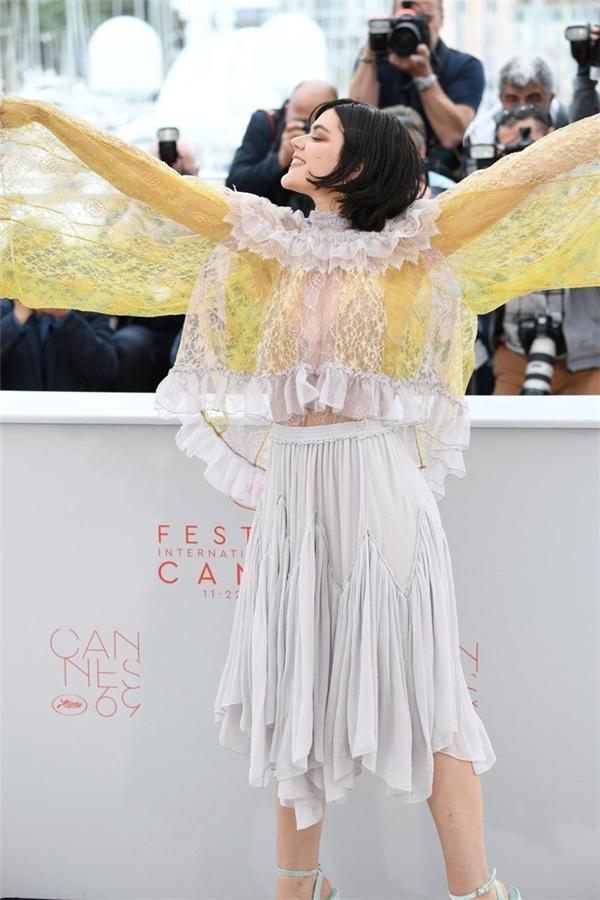 """Soko và bộ cánh được mệnh danh """"giẻ rách"""" chắc chắn sẽ đi vào lịch sử mặc xấu của các ngôi sao trên thảm đỏ Cannes qua mọi thời đại."""