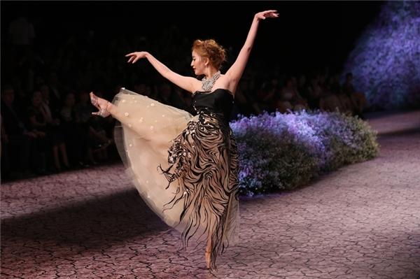 Khánh Thy thể hiện điệu múa ngay trên sàn catwalk. Cô chọn cho mình bộ cúp ngực xòe bên dưới.
