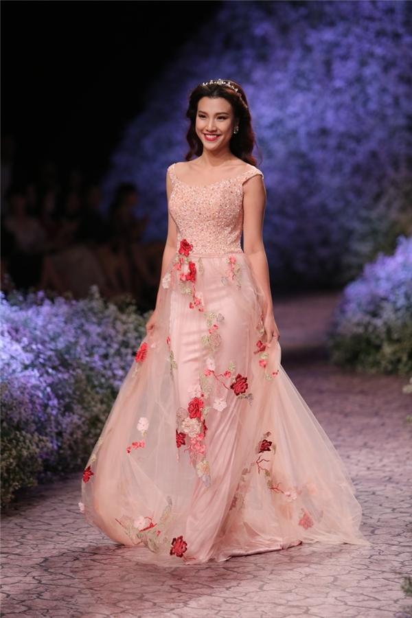 Á hậu Hoàng Oanh nom hệt như nàng công chúa trong chiếc đầm màu hồng thạch anh ngọt ngào.