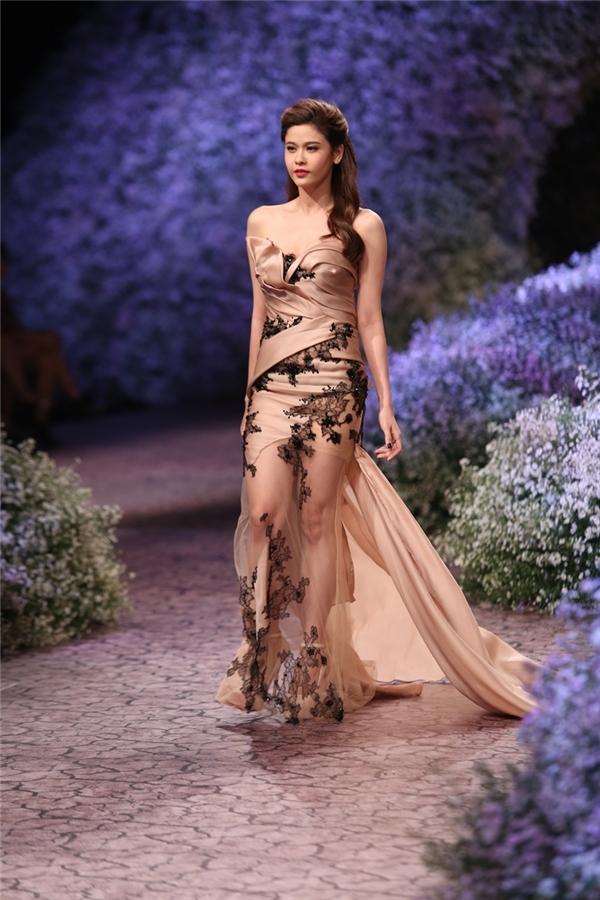 Trương Quỳnh Anh lộng lẫy với thiết kế nude gợi cảm.