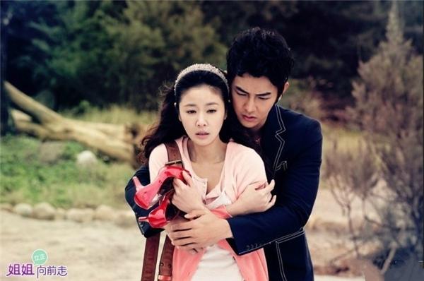 Ngoài ra, Uông Đông Thành còn thủ vai Duẫn Sâm trong Tỷ Tỷ Tiến Lên, hợp tác với ngôi sao nổi tiếng Lâm Tâm Như.