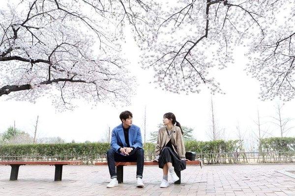 Hết đòi hẹn hò, Kim Woo Bin ngang nhiên gối đầu lên đùi Suzy