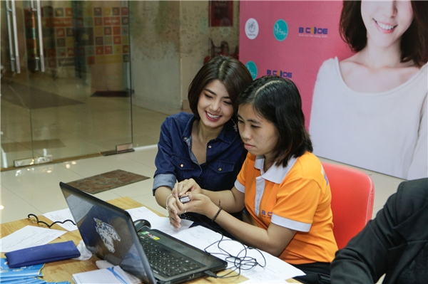 VJ Phương Linh hào hứng làm sinh trắc vân tay.