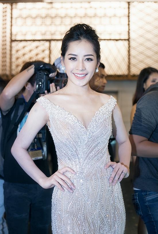 Trong đêm tiệc thời trang vào tối 25/5, Chi Pu thực sự trở thành nữ hoàng trên thảm đỏ khi diện bộ váy với sắc trắng tinh khôi, nhẹ nhàng. Phong cách thời trang thay đổi theo hướng gợi cảm giúp nữ diễn viên ngày càng thu hút hơn.