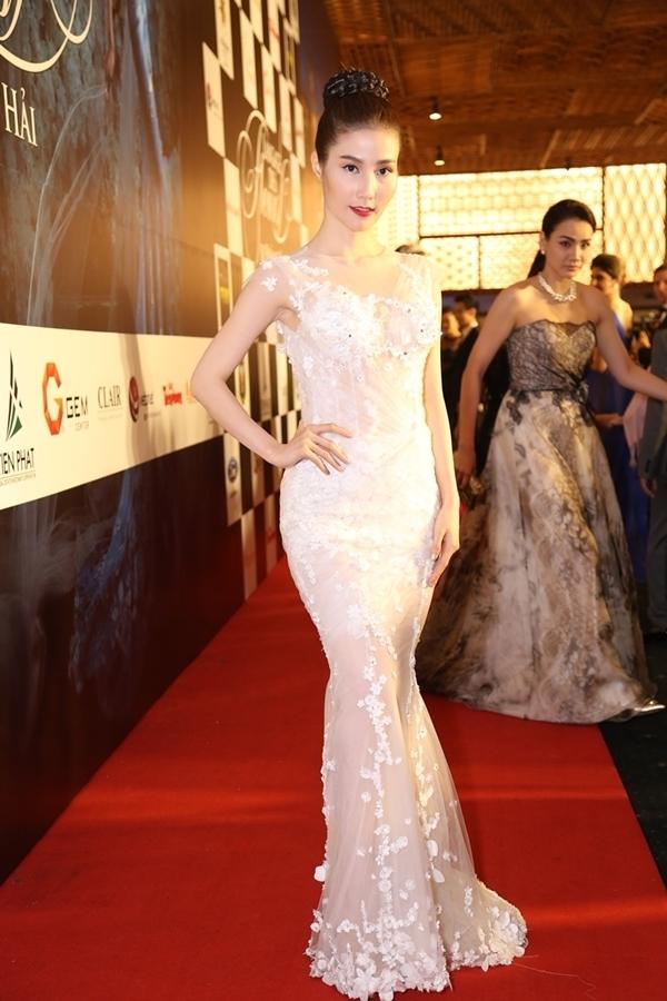 Cùng tham dự đêm tiệc này, Diễm My 9X cũng ghi điểm với thiết kế màu trắng thanh khiết. Nếu như bộ váy của Chi Pu tạo ấn tượng với loạt đá, cườm đính kết thì thiết kế dành cho Diễm My là bản hòa ca tuyệt vời giữa ren và lưới mỏng tang.