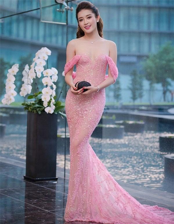"""Bộ váy màu hồng thạch anh của Á hậu Huyền My từng một thời """"khuynh đảo"""" các bảng xếp hạng mặc đẹp của sao Việt."""