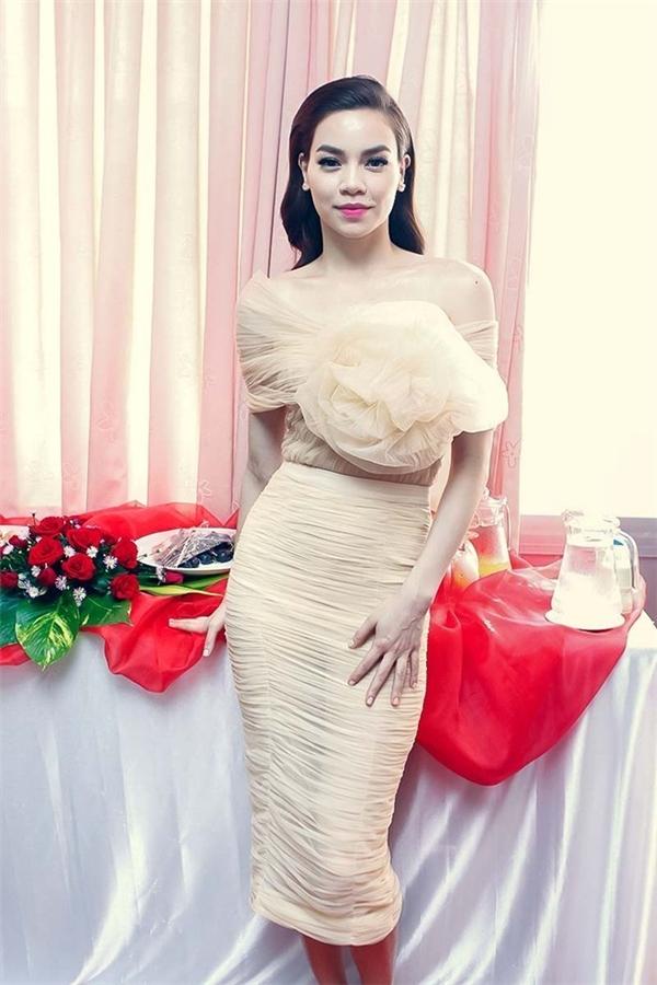 Hồ Ngọc Hà khoe đường cong quyến rũ trong dáng váy cocktail với sắc màu pastel ngọt ngào.