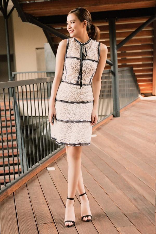 Hoàng Thùy Linh nhẹ nhàng, trẻ trung nhưng không làm mất đi vẻ quyến rũ với dáng váy cổ điển trên nền chất liệu ren đối xứng.