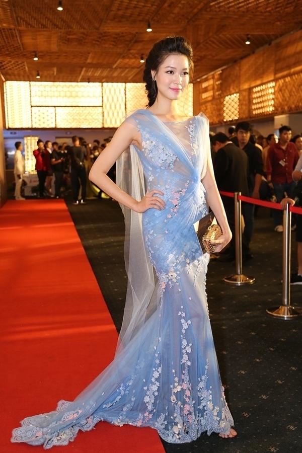 Sắc xanh thiên thanh giúp Hoa hậu Thùy Dung trông tươi tắn, trẻ trung hơn hẳn.
