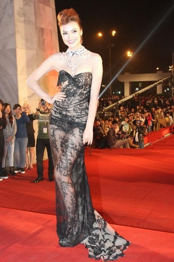 Thiết kế khiến khán giả không thể nào quên về Hồng Quế trên thảm đỏ Liên hoan Phim Quốc tế Hà Nội cách đây vài năm.