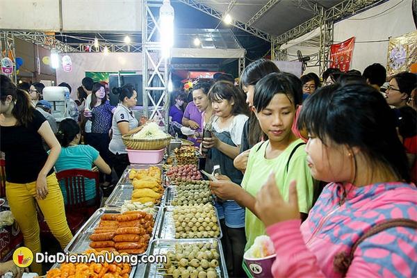 """""""Càn quét"""" ngày hội ẩm thực ăn vặt hấp dẫn giới trẻ Sài Gòn"""