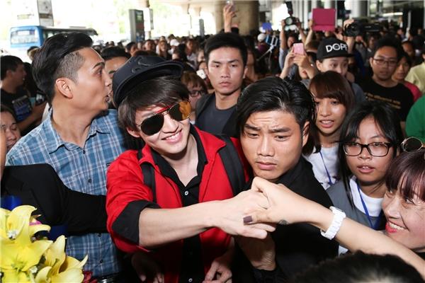 Nam diễn viên thân thiện bắt tay với người hâm mộ