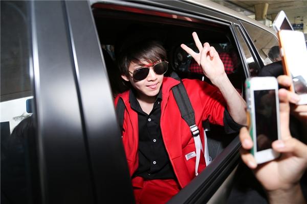 Nam diễn viên nhanh chóng được bảo vệ đưa lên xe để di chuyển về khách sạn nghỉ ngơi.
