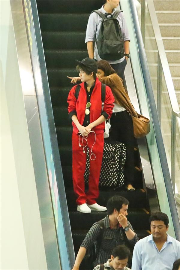 Nam diễn viên diện đồ đỏ nổi bật tại sân bay
