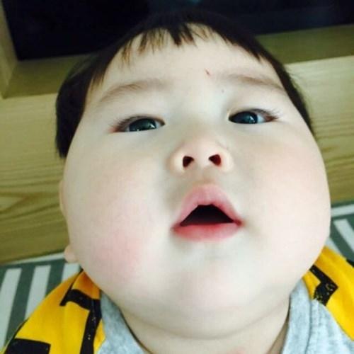 Bé Jo Lee Soo có làn da trắng, hồng mịn màng. Chưa kể hàng ngày bé còn có rất nhiều biểu cảm thú vị, hài hước, được bố mẹ ghi lại bằng điện thoại và khoe với bạn bè, dân mạng.
