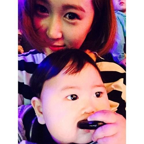 Hiểu được sức hút cực lớn của cậu con trai kháu khỉnh, bố mẹ của Jo Lee Soo, đều là những người còn trẻ, có nhiều bạn bè trên mạng đã rất chăm chỉ chụp ảnh cậu bé và chia sẻ lên Instagram.