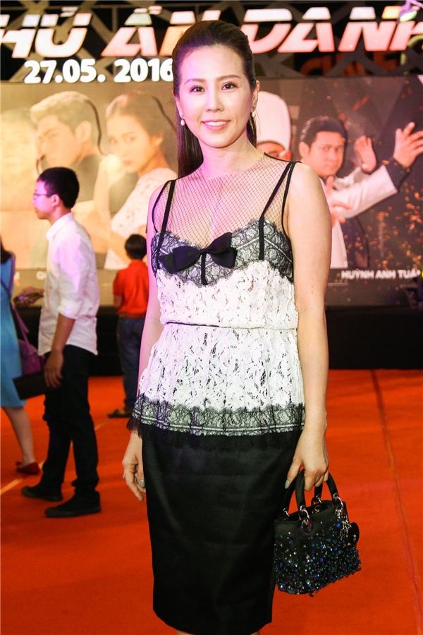 Hoa hậu Thu Hoài là người bạn rất thân thiết của nhà sản xuất Phạm Hồng Hải Quân cũng xuất hiện tại sự kiện này để chúc mừng. - Tin sao Viet - Tin tuc sao Viet - Scandal sao Viet - Tin tuc cua Sao - Tin cua Sao